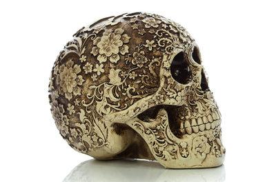 Резной череп с цветами